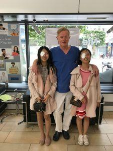 Dr. Jørgensen mit Mei Jin und Ying Ying Jin