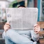 Mann, der Zeitung liest