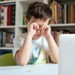 Kind mit Kurzsichtigkeit